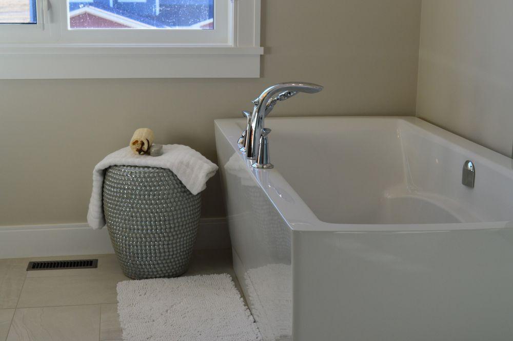 Badkamer met een moderne badkuip